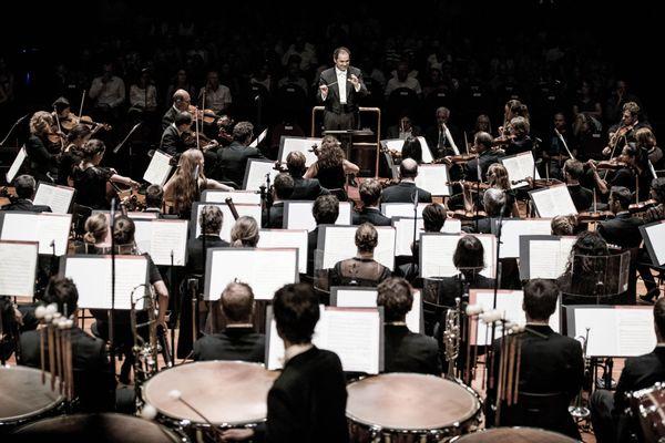 L'Orchestre national du Capitole de Toulouse, sous la baguette du chef Tugan Sokhiev