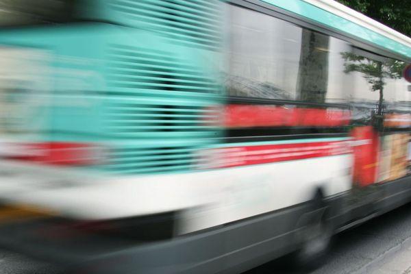 L'accident entre le bus et la voiture stationnée n'a fait aucun blessé (illustration).