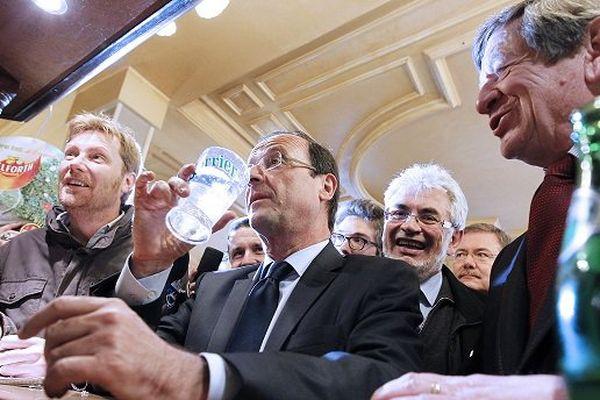 Le 13 avril 2012, François Hollande en campagne pour l'élection présidentielle dans un bar de Moulins (03) aux côtés du député PS Guy Chambefort.