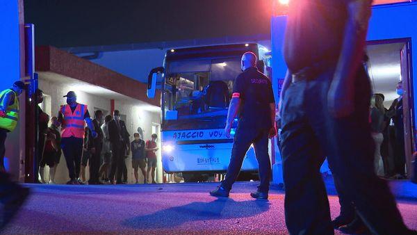 Les joueurs et le staff sochalien, dans le bus, resté de longues minutes immobilisé sur le parking de François Coty.
