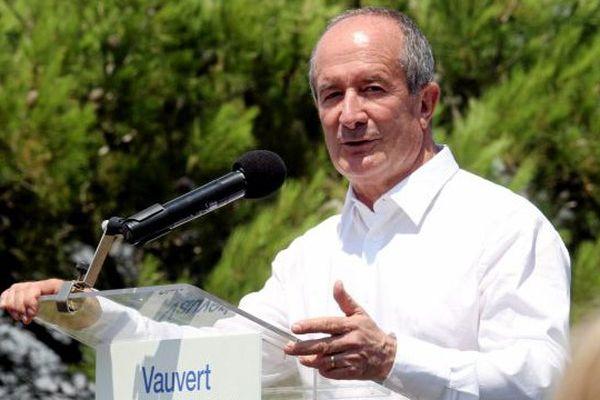 Jean Denat, maire PS de Vauvert, dénonce le racisme après le vol de son portable.