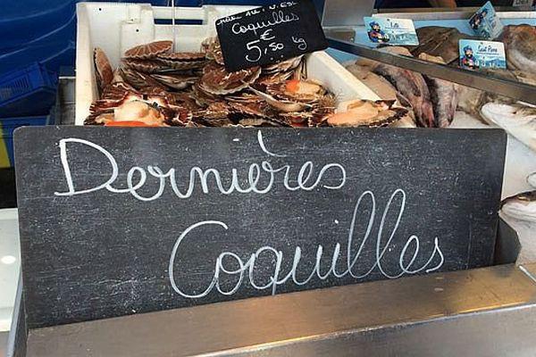 - Le panneau d'un poissonnier sur le marché de Sotteville-lès-Rouen le jeudi 7 mai 2015