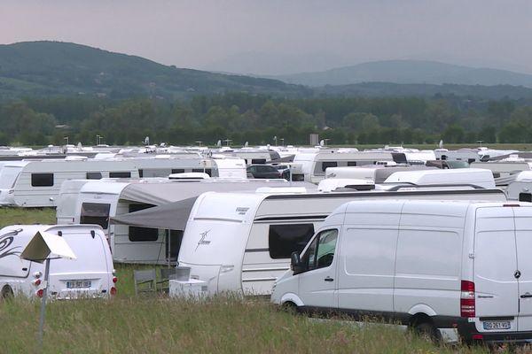 A cause du manque d'aires de grand passage dans le Rhône, ces Gens du voyage ont dû louer un terrain à un particulier.