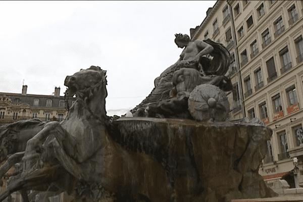 La Fontaine Bartholdi pèse 360 tonnes, 21 tonnes de plomb soutenues par une armature en fer, 9m d'envergure, 4,85m de haut, 15m de diamètre.