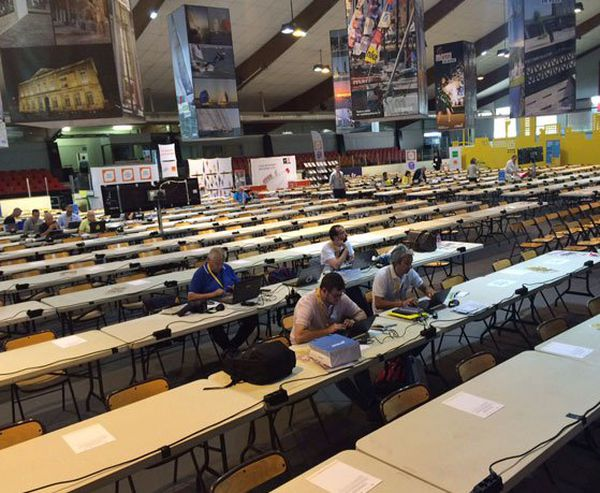 L'attente dans la gigantesque salle de presse au Havre