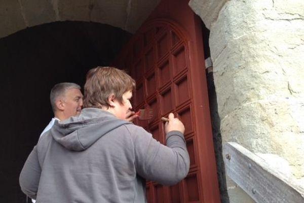 Pas moins de 300 portes et fenêtres ont été confiés aux soins des bénévoles soucieux de redonner à la cité de Carcassonne ses couleurs d'antan