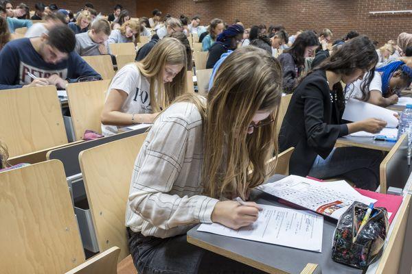 Étudiants passant examen