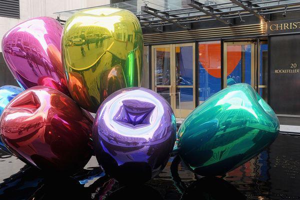 """Les """"Tulips"""" de Jeff Koons, en face de la maison d'enchères Christie's à New York, en 2012."""