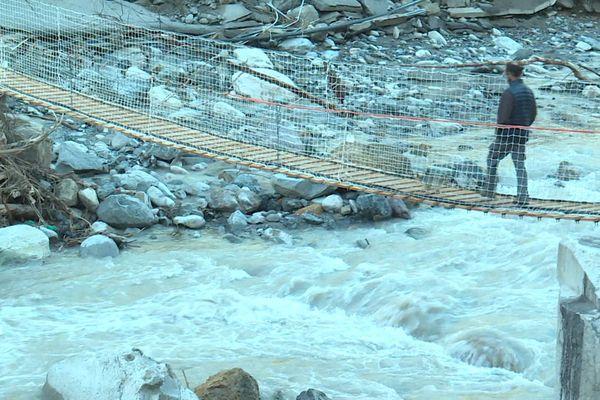 Passer de l'autre côté du fleuve, c'est possible, mais pas forcément pratique avec ce pont.