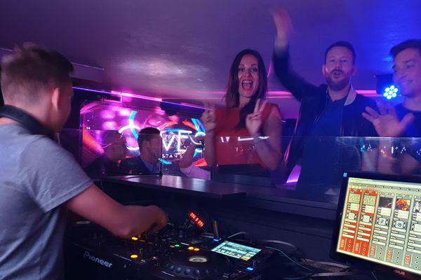 L'apprenti DJ fait danser ses amis