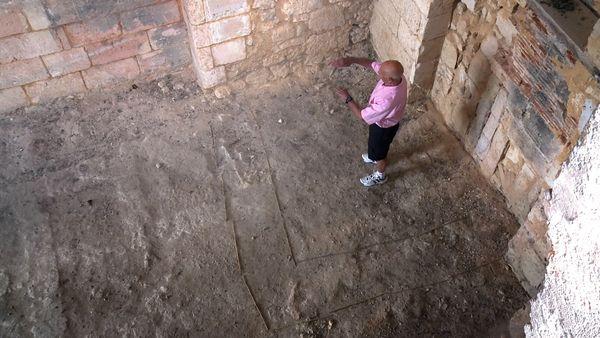 Claude délimite à l'aide de baguettes au sol le périmètre du mitard.