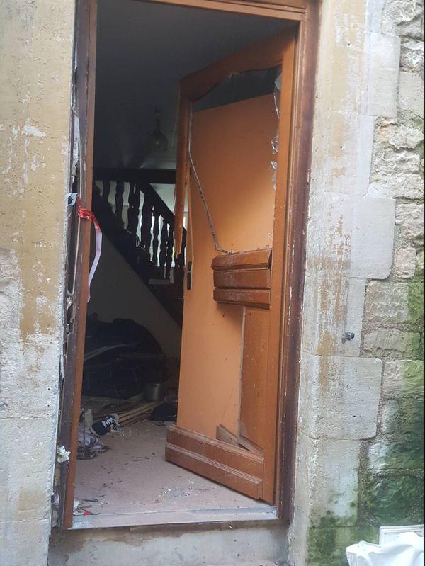 La porte du domicile, après l'intervention du GIGN