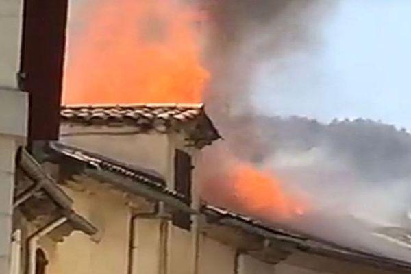 Alès (Gard) - un bâtiment en feu rue Doyenne - 25 avril 2018.
