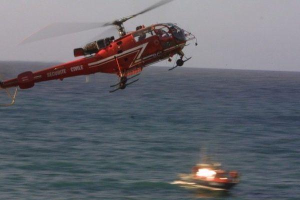 Un hélicoptère de la protection civile et une vedette de la SNSM engagés dans une opération de secours