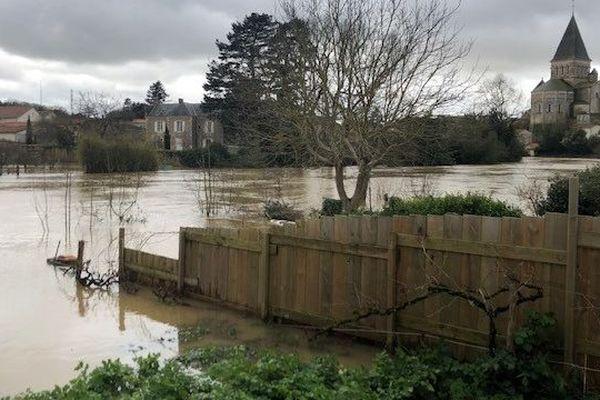 C'est dans la nuit de jeudi à vendredi que la rivière a commencé à envahir les jardins et certaines maisons.