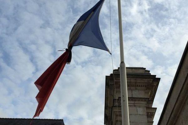 Tous les drapeaux des édifices publics sont en berne durant les trois jours de deuil national