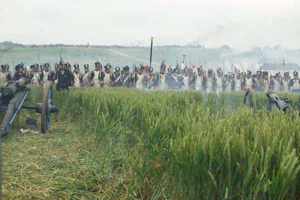 Les fantassins face aux canons : reconstitution de la bataille de Waterloo