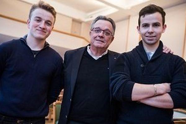 Le professeur et les deux élèves marseillais qui ont remporté le premier prix du concours de l'école aux Etoiles 2015.