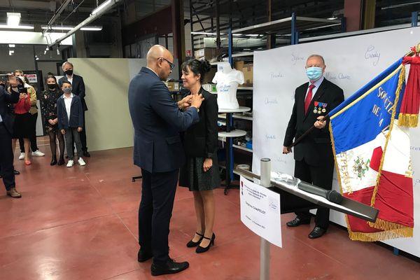 Delphine Chapelot reçoit  les insignes de Chevalier de la Légion d'honneur, des mains du préfet de la Marne, le 9 octobre 2021.