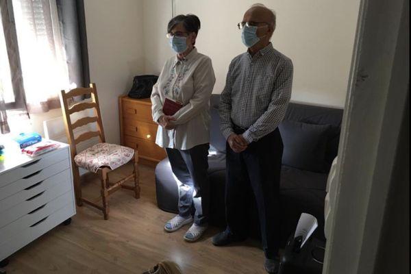 Noëlle et son mari ne manquent aucune messe du prêtre de leur paroisse depuis le premier confinement. Dans leur salon, ce dimanche 8 novembre, ils suivent la cérémonie de l'Abbé Bernard Mosnet à Issoire.
