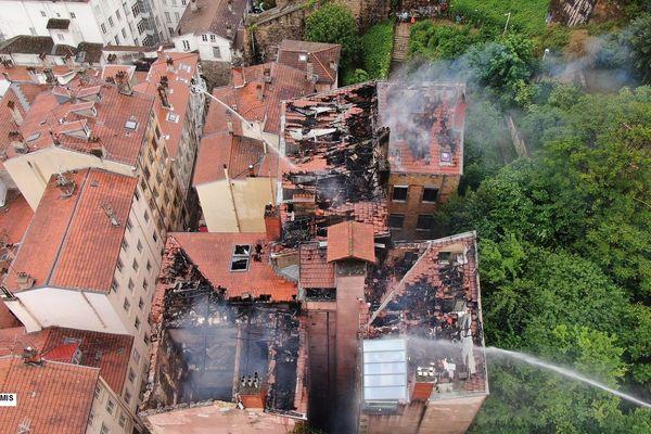 Un violent incendie s'est déclaré dans un appartement, montée Bonafous dans le 4e arrondissement de Lyon. Les pompiers sont sur place depuis jeudi 30 avril au soir. 3 personnes hospitalisées pour légère intoxication. 50 personnes évacuées.