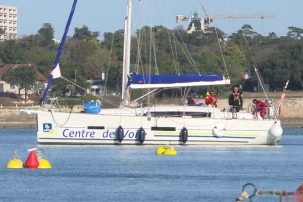 Sur ce bateau, des futurs moniteurs de voile en formation