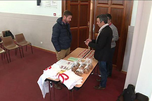 Dans les Pyrénées-Orientales, 2 candidats du Front de Gauche cherchent à financer leur campagne législative en vendant des gâteaux et des graines. mars 2017