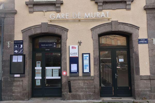 Le 1er décembre, le guichet SNCF de la gare de Murat, dans le Cantal, sera définitivement fermé. Les clients pourront se rendre à l'office de tourisme s'ils souhaitent acheter un billet de train.