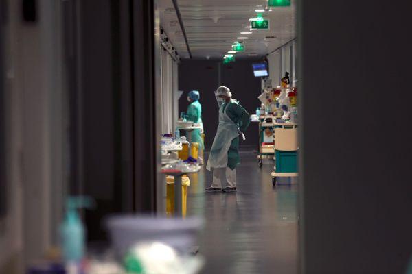 Trévenans le 16/04/20 - Les soignants de l'unité Covid+ du service réanimation de l'hôpital Nord Franche-Comté à Trévenans s'occupent des patients infectés par le coronavirus Covid-19.