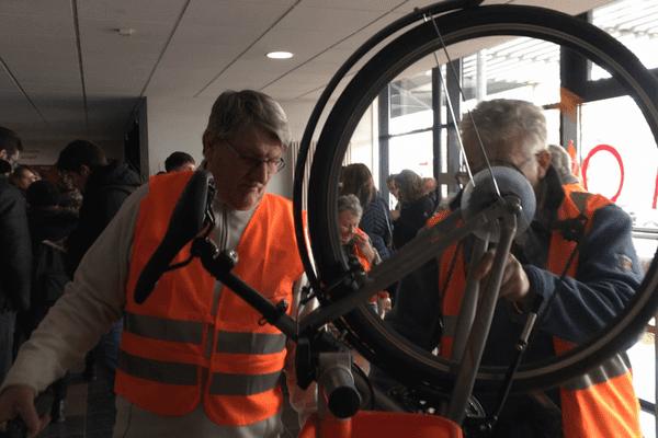 Les bénévoles de l'association EVAD réparent gracieusement les vélos des étudiants.