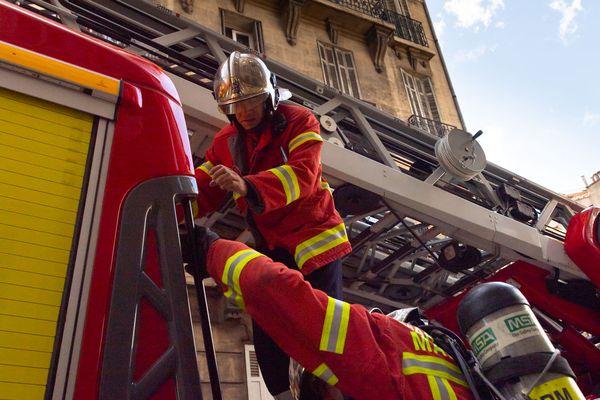 Les pompiers accèdent difficilement à ce feu