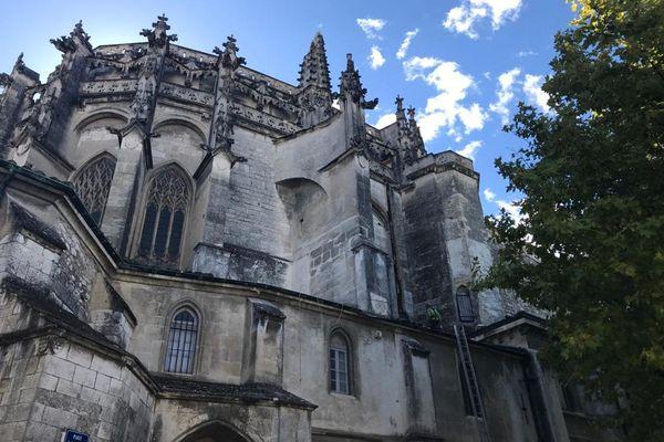 La flèche en pierre de la cathédrale Saint-Vincent de Vincent a explosé suite à l'impact de la foudre.