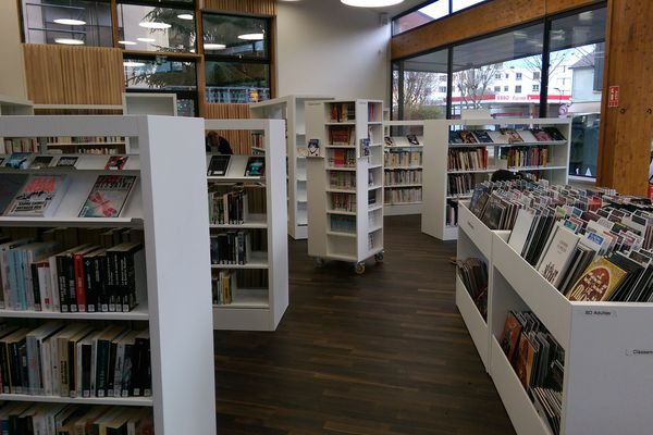 La bibliothèque Amélie Murat possède une collection de 32 000 livres, CD et DVD.