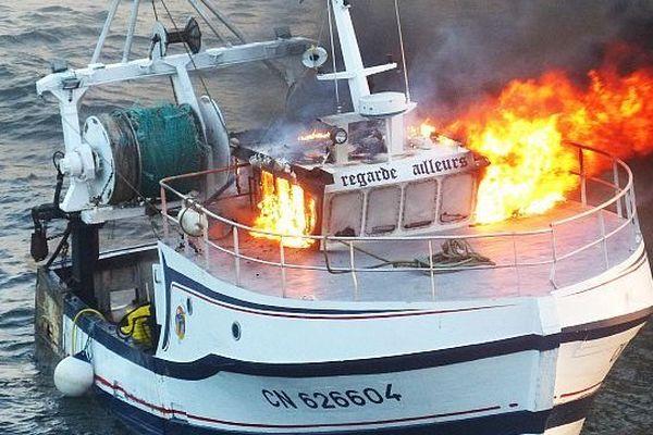 """Le navire """"Regarde ailleurs"""" victime d'un incendie, 11 septembre 2014"""