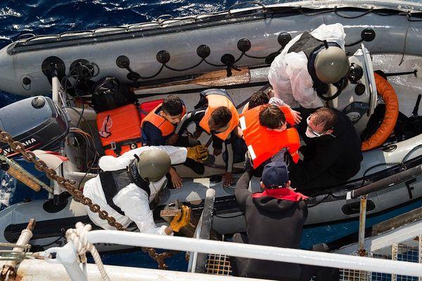 Les marins du patrouilleurs en opération de sauvetage en Méditerranée