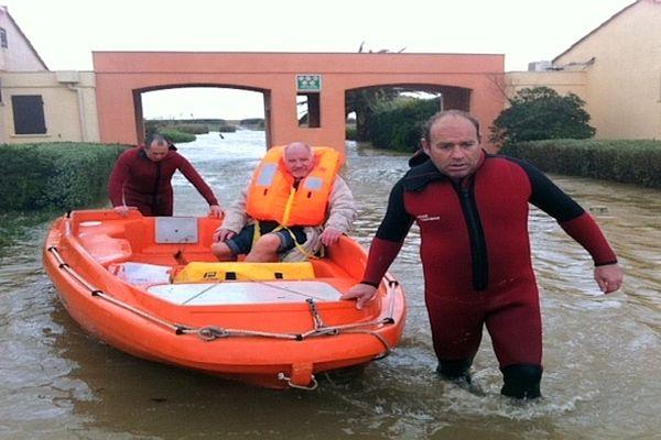 Le Barcarès (Pyrénées-Orientales) : inondations côtières et les sauveteurs du Roussillon en opération - 6 mars 2013.
