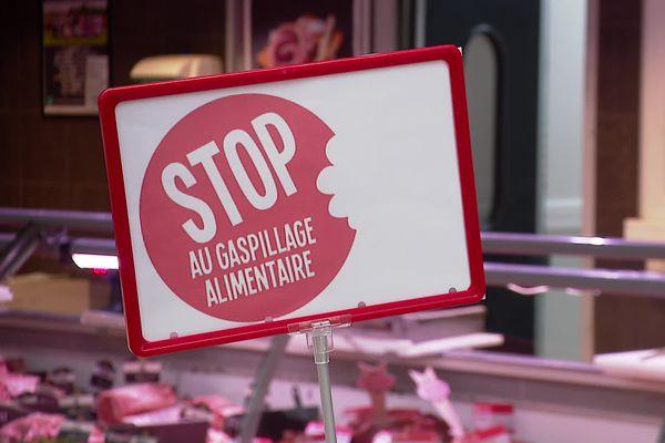 """Affichage """"anti-gaspi"""" dans un supermarché."""