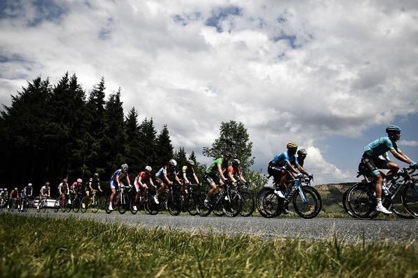 Les coureurs entre Millau et Carcassonne lors de la 15 étape du Tour de France, dimanche 22 juillet 2018.