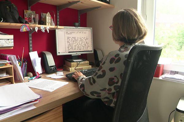 Anne Dubelloy, enseignante en philosophie, devant une copie de l'épreuve du bac numérisée.