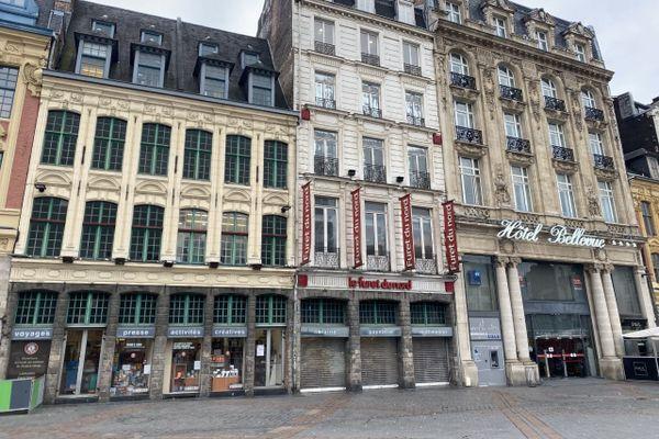 Sur la Grand Place de Lille, les rideaux du Furet du Nord sont baissés. Le click and collect a été mis en place.