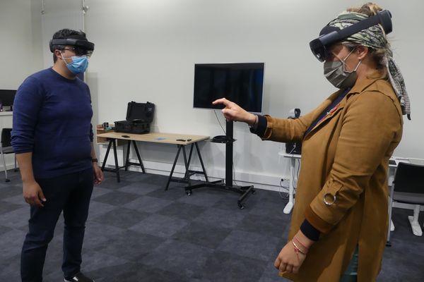 Julie Hattu teste un casque de réalité virtuelle avec Aymen Maki