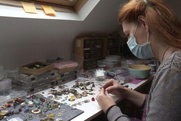 La créatrice Lady Cataclysm dans son atelier de Thil-Manneville (Seine-Maritime)
