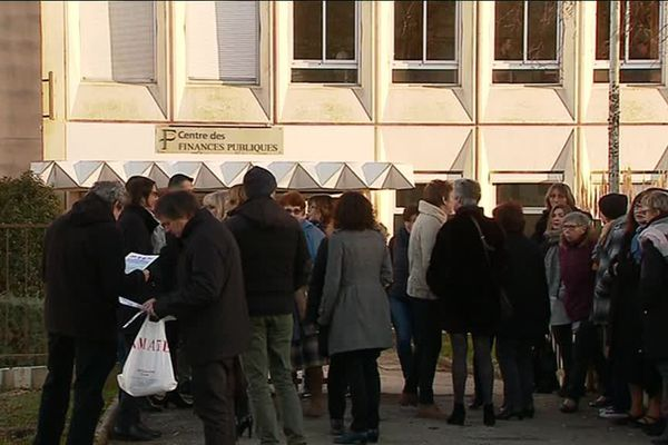 Des agents des Finances publiques manifestent devant le Centre des impôts, rue de Slovénie à Poitiers, jeudi 14 février 2019