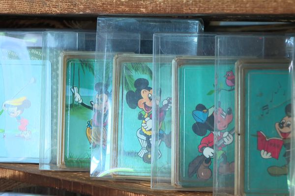 Après l'occupation américaine du Japon, suite à la Seconde Guerre mondiale, Nintendo produit et vend des cartes tirées de l'univers Disney.