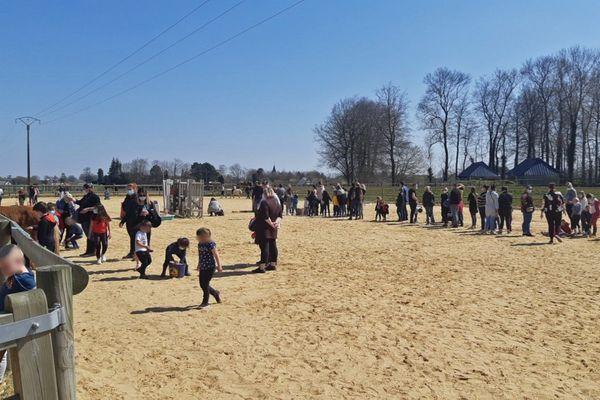 19 avril 2021- Les cavaliers du centre équestre et leurs parents tous réunis dans la carrière durant l'intervention des pompiers à Yébleron