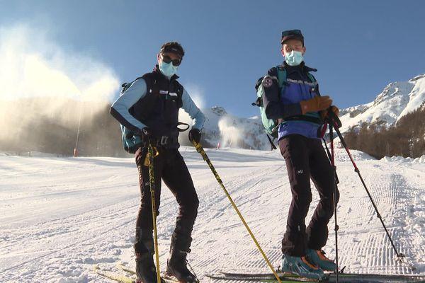 Les canons à neige sont en action, comme les gendarmes du PGHM qui attendent les skieurs sur les pistes.