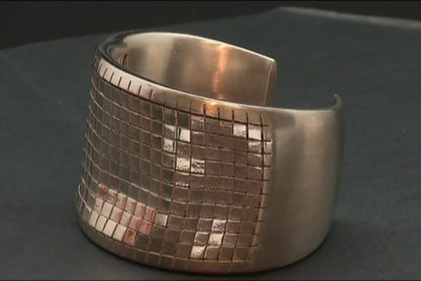 Le bracelet en or gris élaboré par le laboratoire de Francéclat.
