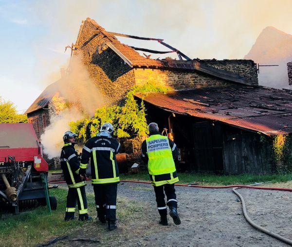 75 tonnes de fourrage ainsi qu'un tracteur stationné dans la grange sont partis en fumée dans l'incendie.