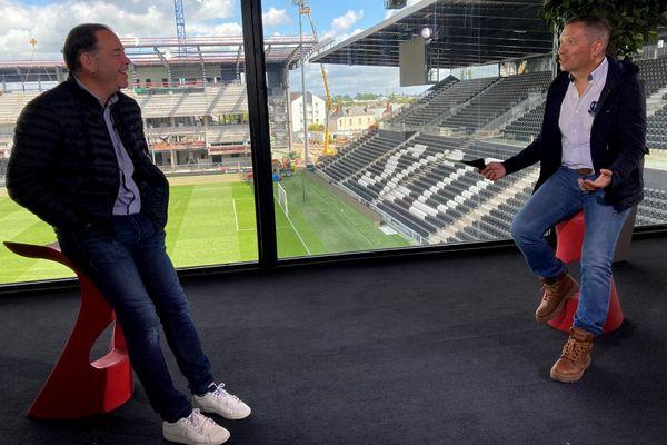 Stéphane Moulin, l'ex-entraîneur d'Angers SCO avec Anthony Brulez lors de l'enregistrement d'Une Semaine en Ballon