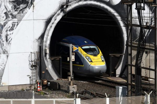Un Eurostar à la sortie du tunnel sous la Manche.